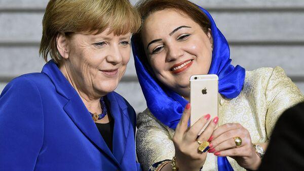 Афганский политик Шукрия Баракзай фотографируется с канцлером Германии Ангелой Меркель - Sputnik Узбекистан