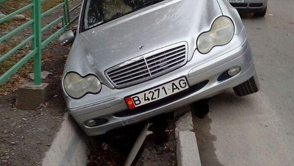 Угнанный автомобиль, упавший в арык в Кыргызстане - Sputnik Узбекистан