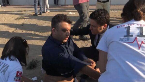 СПУТНИК_Медики оказывают первую помощь пострадавшим после взрыва на парковке в Анталье - Sputnik Узбекистан