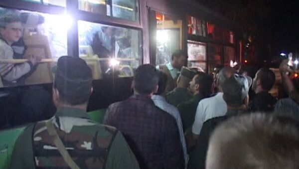 СПУТНИК_Сирийцы песнями встречали автобусы с освобожденными жителями восточного Алеппо - Sputnik Узбекистан