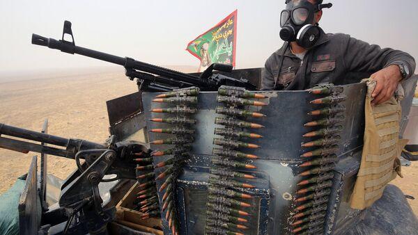 Иракский военный во время операции против ИГ в Мосуле - Sputnik Узбекистан