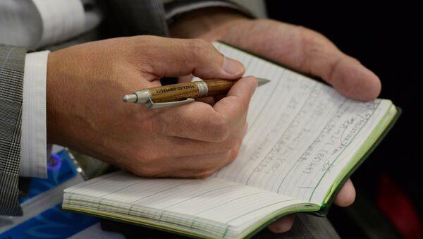 Ручка и записная книжка в руках - Sputnik Узбекистан