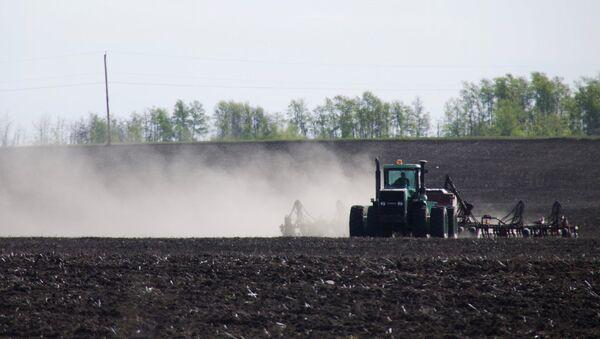 Трактор на поле во время посева - Sputnik Узбекистан