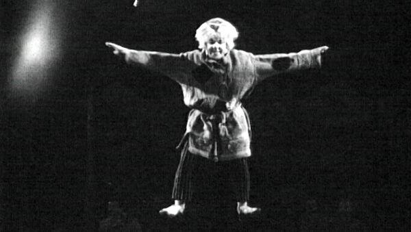 Спутник_Клоун Олег Попов в сценке «Сон на проволоке». Съемки 1960-х годов. - Sputnik Узбекистан