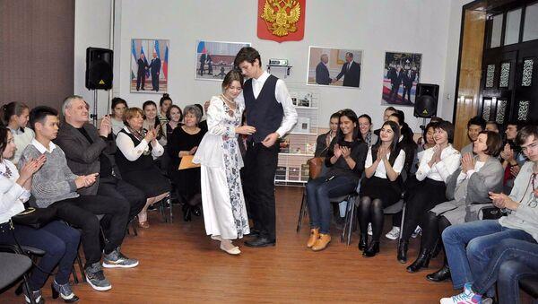 Участники литературной гостиной РЦНК разыгрывают сценку из романа Ф.М. Достоевского - Sputnik Узбекистан