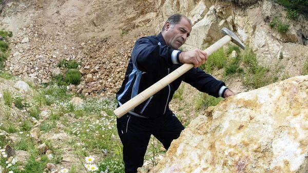 Геолог проводит проверку каменной породы - Sputnik Узбекистан