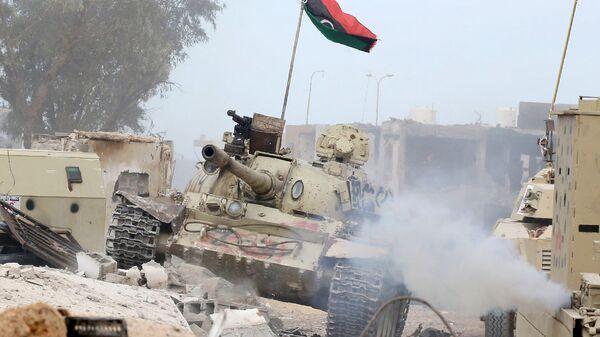 Танк Т-54 правительственных сил Ливии около города Сирта - Sputnik Ўзбекистон