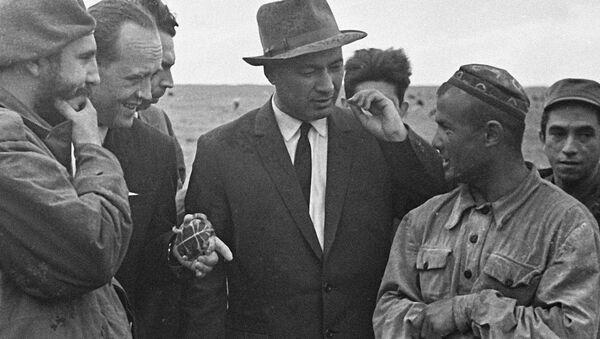 Фидель Кастро (слева) и первый секретарь ЦК компартии Узбекистана Шараф Рашидов (2 справа) беседуют с чабаном колхоза имени Свердлова М. Муминовым - Sputnik Ўзбекистон