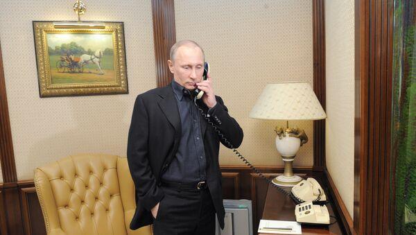 Rossiya prezidenti Vladimir Putin telefonda gaplashmoqda - Sputnik Oʻzbekiston