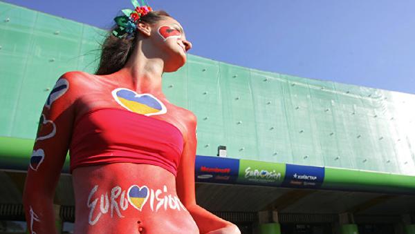 Модель у Дворца спорта в Киеве перед финалом конкурса Евровидение - Sputnik Узбекистан