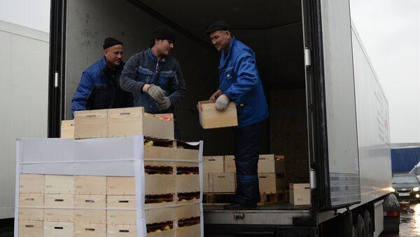 Рабочие грузят товар в фуру, архивное фото - Sputnik Ўзбекистон