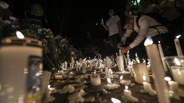 Люди зажигают свечи по погибшим в авиакатстрофе в Колумбии футболистам - Sputnik Узбекистан