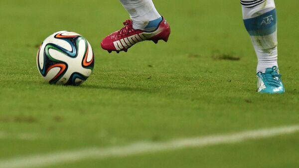 Футболист на поле - Sputnik Узбекистан