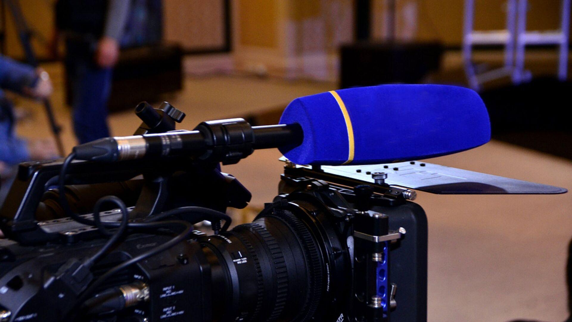 Видеокамера на пресс-конференции - Sputnik Ўзбекистон, 1920, 10.09.2021