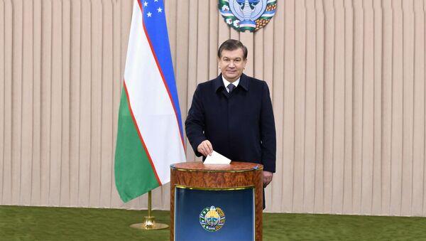 Шавкат Мирзиёев голосует на выборах - Sputnik Узбекистан