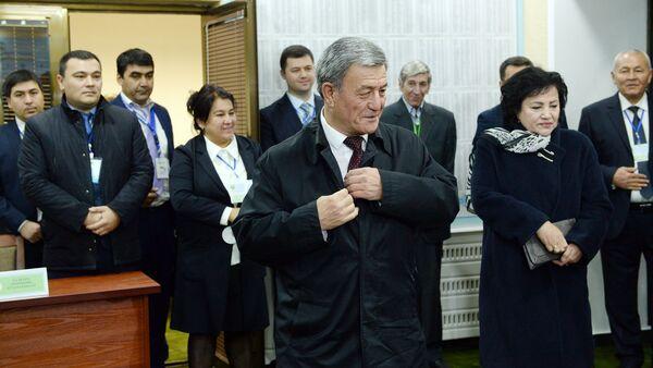 Лидер Социал-демократической партии Адолат (Справедливость) Наримон Умаров (в центре) голосует на избирательном участке во время выборов президента Узбекистана - Sputnik Узбекистан
