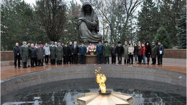 Возложение цветов по случаю 120-летия со дня рождения великого полководца СССР  - маршала Георгия Жукова - Sputnik Узбекистан
