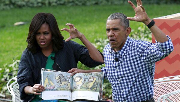 Barak va Mishel Obama an'anaga muvofiq oʻz farzandlariga kitob oʻqib berishmoqda - Sputnik Oʻzbekiston