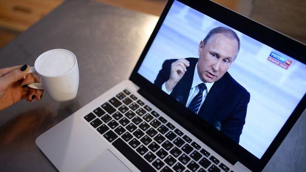 Просмотр трансляции пресс-конференции президента России Владимира Путина на ноутбуке - Sputnik Узбекистан