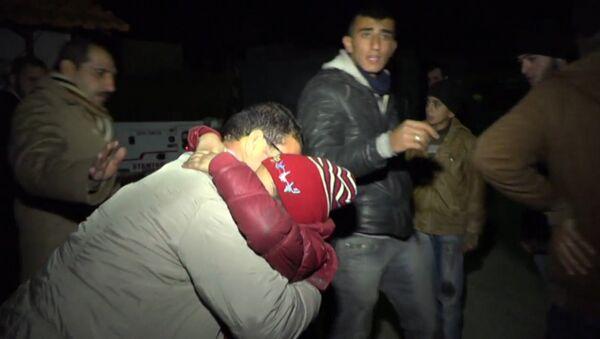 СПУТНИК_Слезы, объятия и коробки с вещами: мирные жители Идлиба прибыли в Латакию - Sputnik Узбекистан