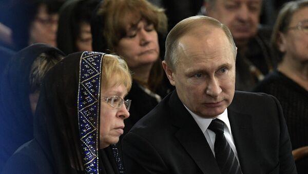 Президент РФ В. Путин и премьер-министр РФ Д. Медведев на церемонии прощания с российским послом в Турции А. Карловым - Sputnik Узбекистан