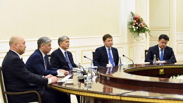 Президент Кыргызстана Алмазбек Атамбаев на встрече с Шавкатом Мирзиёевым - Sputnik Узбекистан