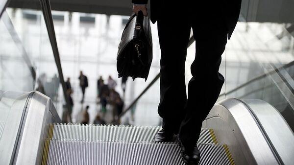 Мужчина с портфелем в руках  - Sputnik Ўзбекистон