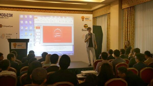 Участник команды молодых предпринимателей из Узбекистана проводит презентацию проекта - Sputnik Узбекистан