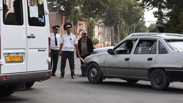 Сотрудники милиции патрулируют дороги таджикской столицы - Sputnik Ўзбекистон
