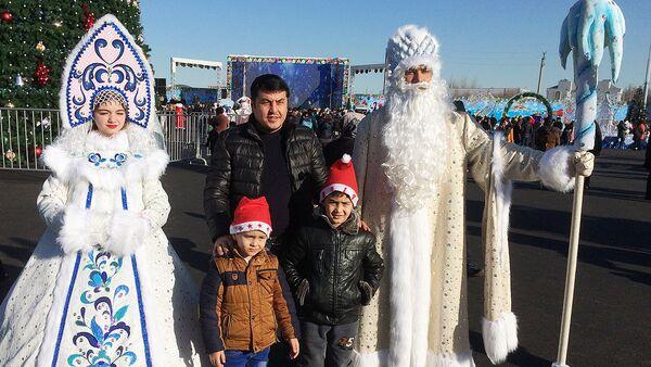 Дед Мороз и снегурочка на площади в Ташкенте - Sputnik Узбекистан