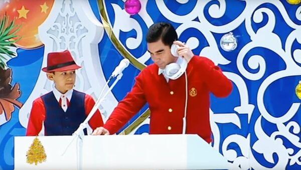 Президент Туркменистана Бердымухамедов с внуками выступили на новогодней елке - Sputnik Узбекистан