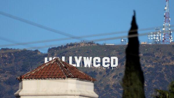 Святая марихуана: надпись Голливуд в Лос-Анджелесе изменили - Sputnik Узбекистан
