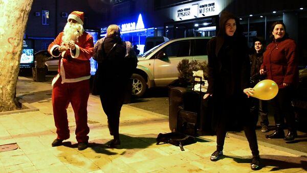 Танцующий Санта Клаус развлекал прохожих в Тбилиси - Sputnik Узбекистан