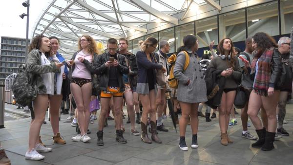 Спутник_День без штанов: как ежегодный флешмоб прошел в Лондоне и Берлине - Sputnik Узбекистан