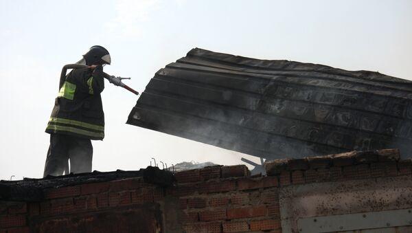 Тушение пожара в гаражах - Sputnik Узбекистан