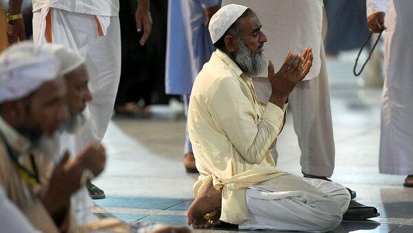 Мусульманин читает молитву - Sputnik Узбекистан