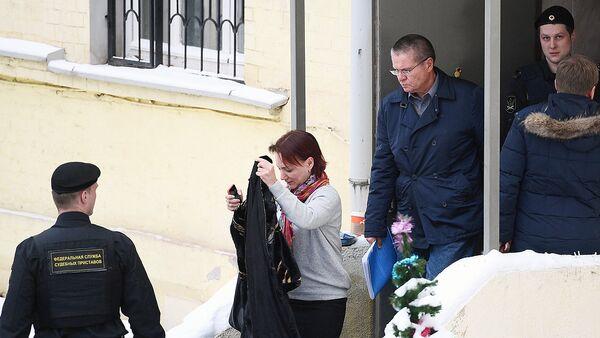 Бывший министр экономического развития РФ Алексей Улюкаев выходит из здания Басманного суда города Москвы - Sputnik Узбекистан