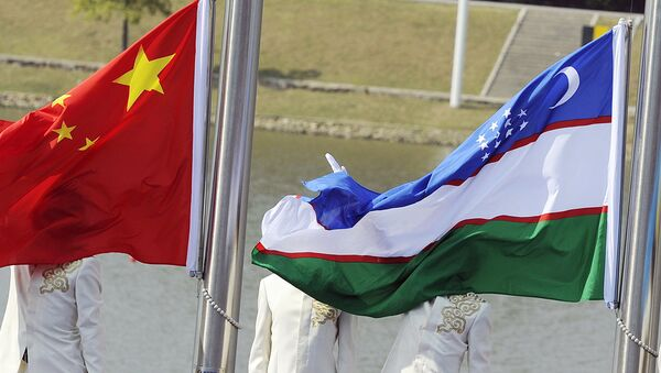 Китайский и узбекский флаги - Sputnik Узбекистан