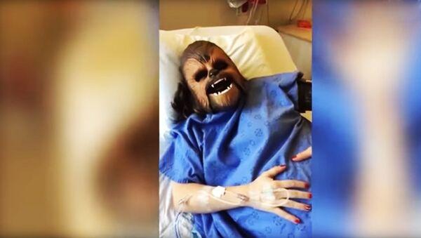 Девушка надела маску Чубакки во время родов - Sputnik Узбекистан