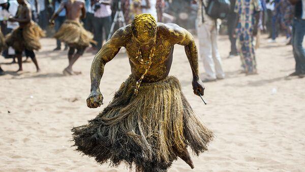 Шаман исполняет ритуальный танец на ежегодном фестивале колдунов в Бенине - Sputnik Ўзбекистон