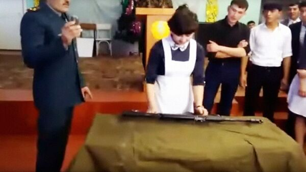 Узбечки разбирают автомат - Sputnik Узбекистан