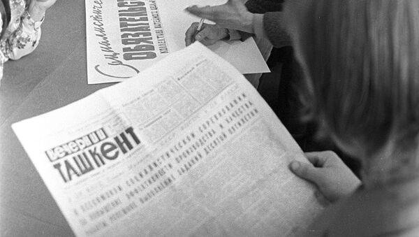 Мужчина читает газету Вечерний Ташкент - Sputnik Узбекистан