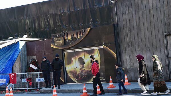 Турецкие полицейские возле ночного клуба, где произошел теракт в новогоднюю ночь - Sputnik Узбекистан