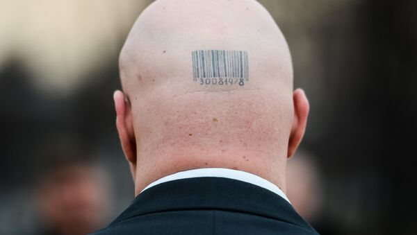 Штрихкод на лысой голове мужчины - Sputnik Узбекистан
