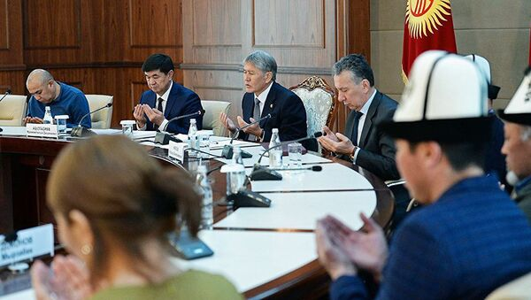 Qirgʻiziston prezidenti Almazbek Atambayev qurbonlar qarindoshlari bilan uchrashuv vaqtida - Sputnik Oʻzbekiston