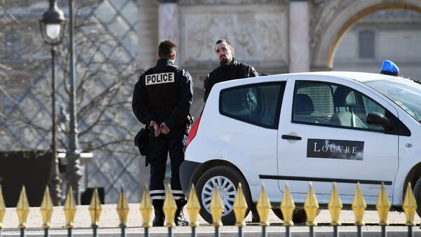 Полицейский патруль около Лувра - Sputnik Узбекистан