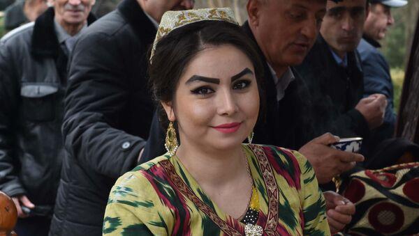 Девушка в таджикском национальном платье. Архивное фото - Sputnik Узбекистан