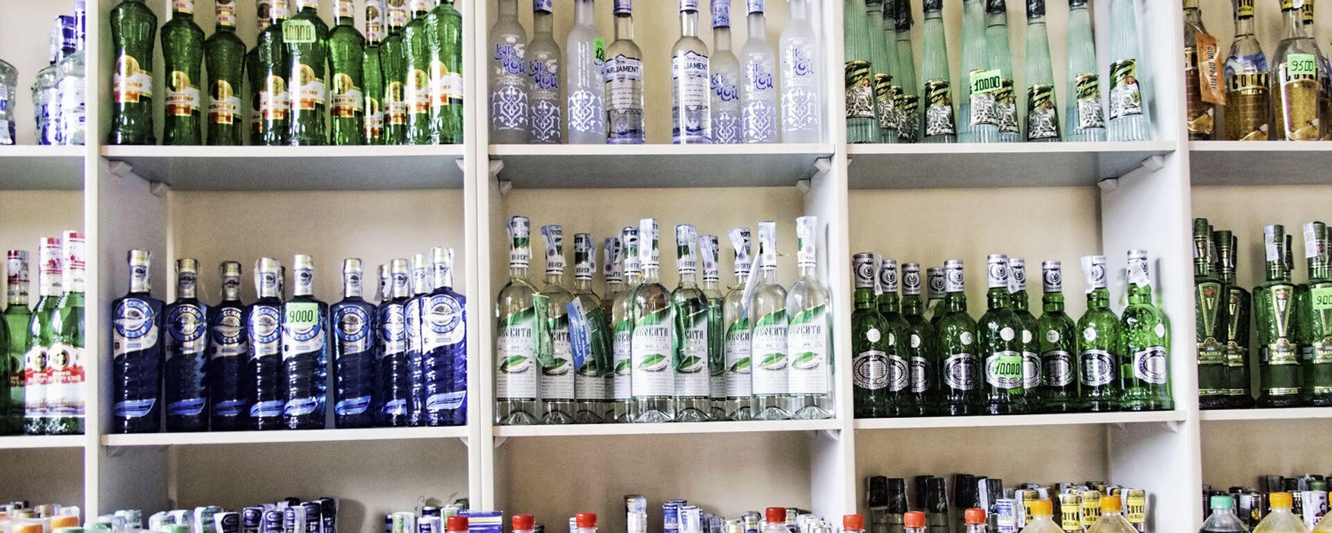 Алкогольная продукция в магазине в Узбекистане - Sputnik Узбекистан, 1920, 16.06.2021