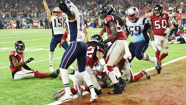 James White #28 of the New England Patriots scores the game winning touchdown in overtime against the Atlanta Falcons during Super Bowl 51 at NRG Stadium on February 5, 2017 in Houston, Texas  - Sputnik Узбекистан