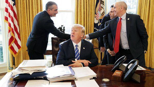 Президент США Дональд Трамп в овальном кабинете Белого дома - Sputnik Узбекистан